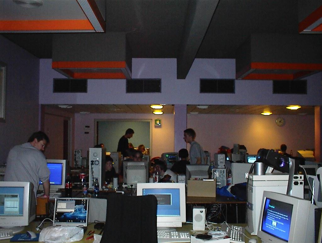 Billedet viser en række computere på nogle borde fra npfs første arrangement tilbage i tiden