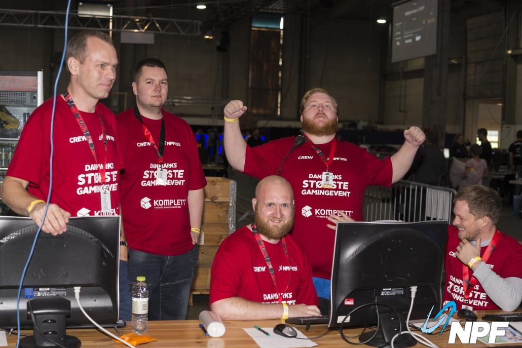 5 drenge iført røde crew t-shirts